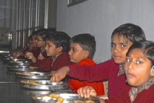 En del av eleverna bor på skolan. Några av dem är föräldralösa, andra har för långt hem.  Skolans elever kommer både från Ahmedabad och  landsbygden.